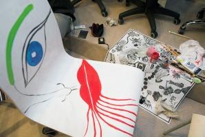Rīgas Krēslu Fabrikas (RKF) jubilejas izsole: mākslinieki rada unikālus krēslus